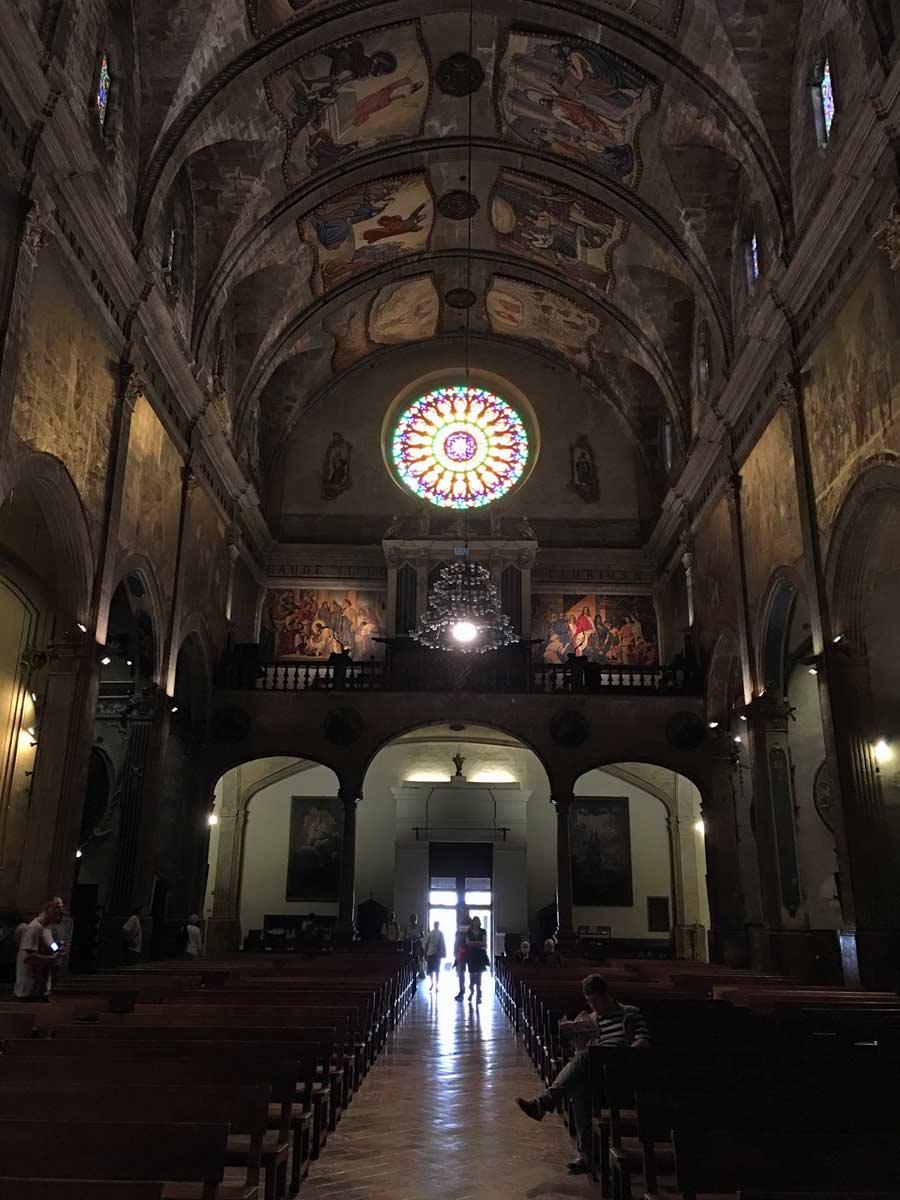 interior de igreja em pollenca, em maiorca na espanha