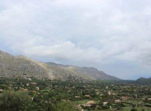 vista das montanhas na cidade de pollencia, em maiorca, na espanha