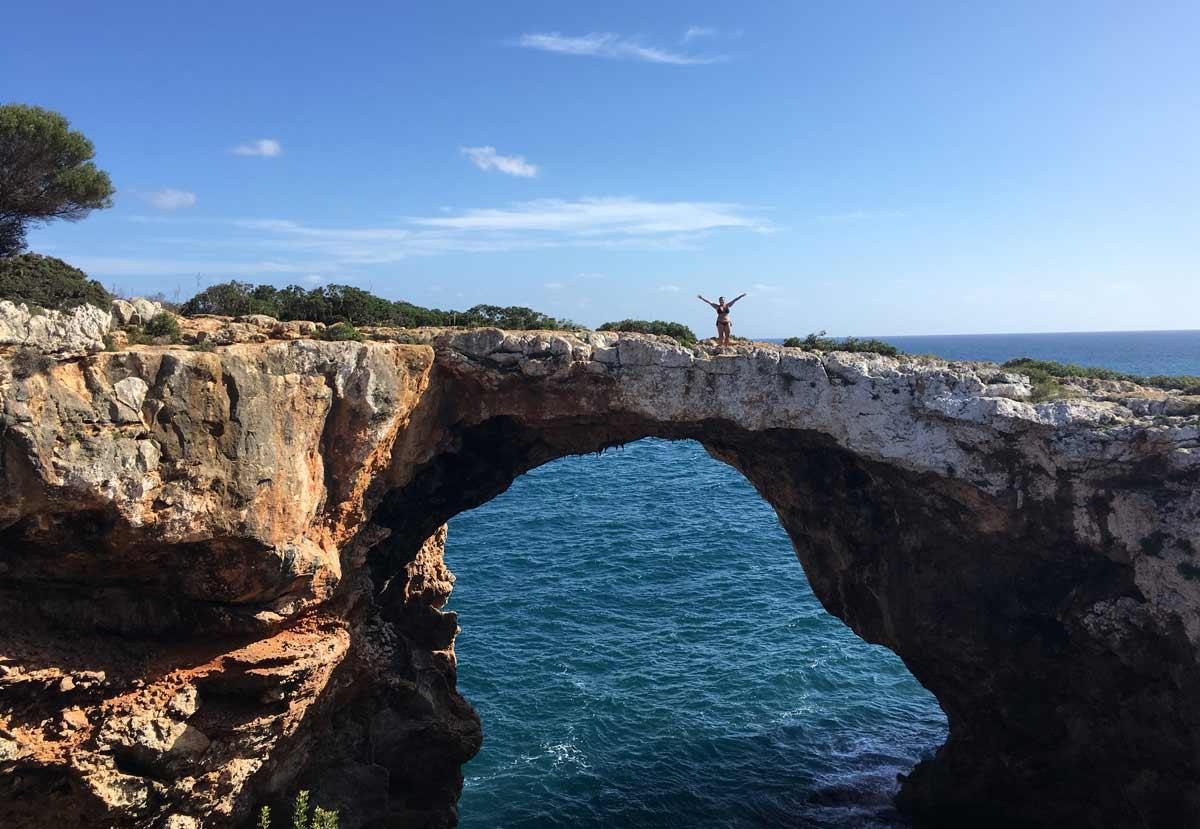 portal de pedra na cala varques em maiorca