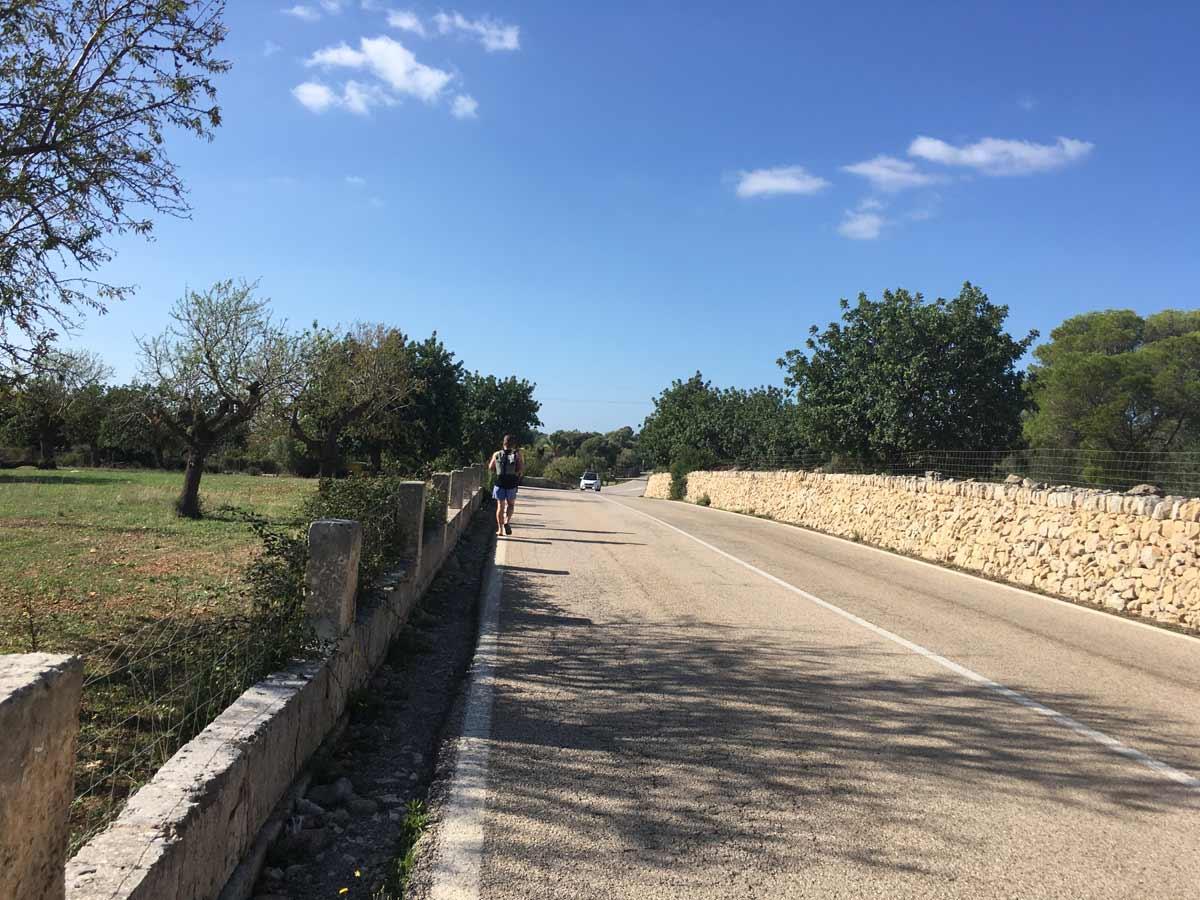 caminho na estrada de asfalto para a cala varques, na espanha