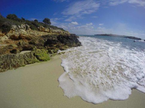 praia cala varques, em maiorca, na espanha