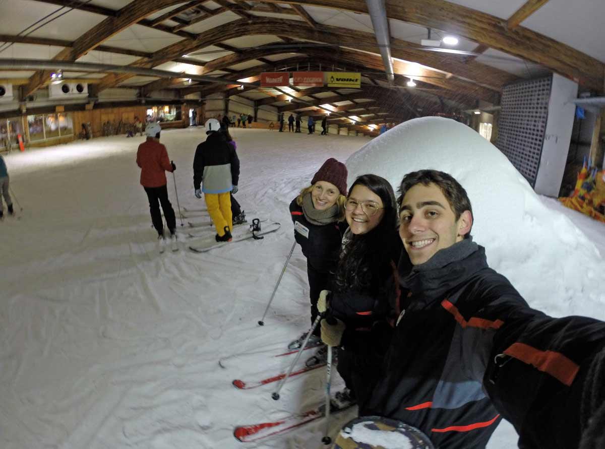 grupo em pista de esqui indoor na alemanha