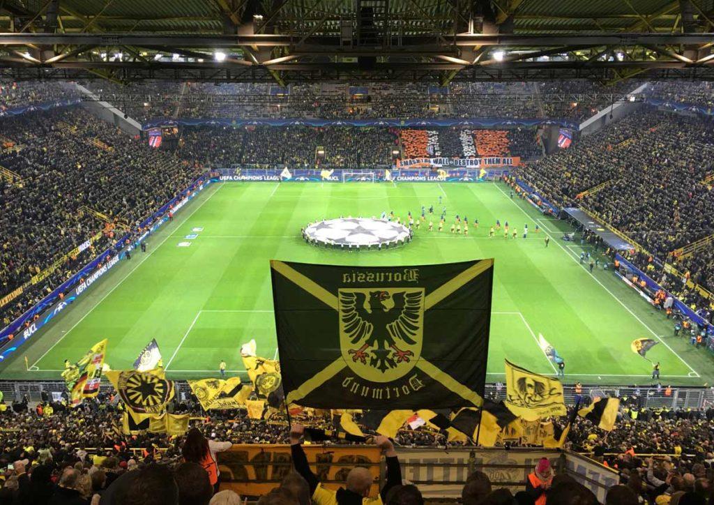 torcida do borussia dortmund com bandeiras no westfalen stadion