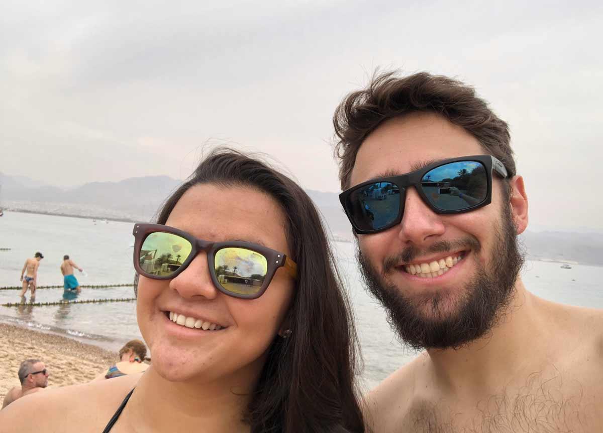 daniel e tati (viagem 0800) na praia em eilat em israel