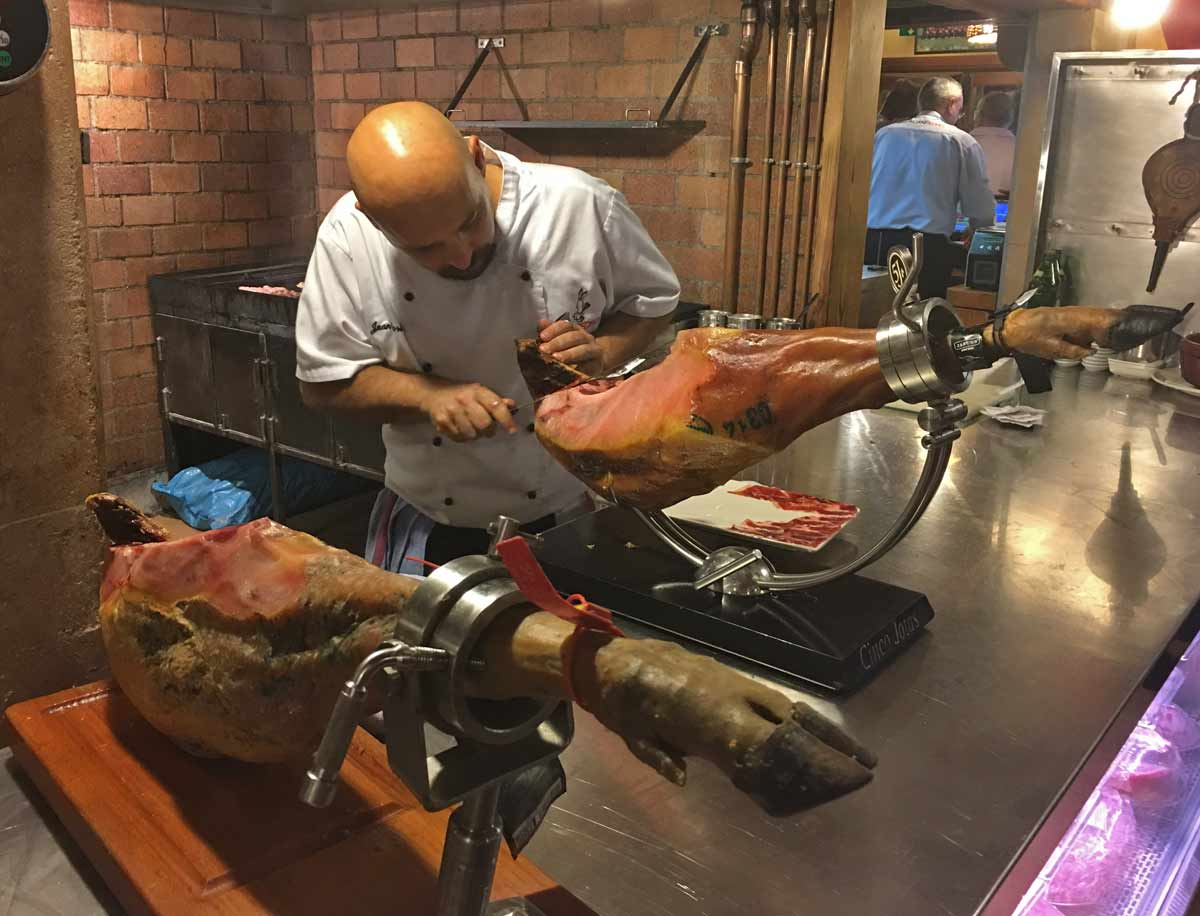 restaurante meson can pedro palam. homem corta pedaco de carne