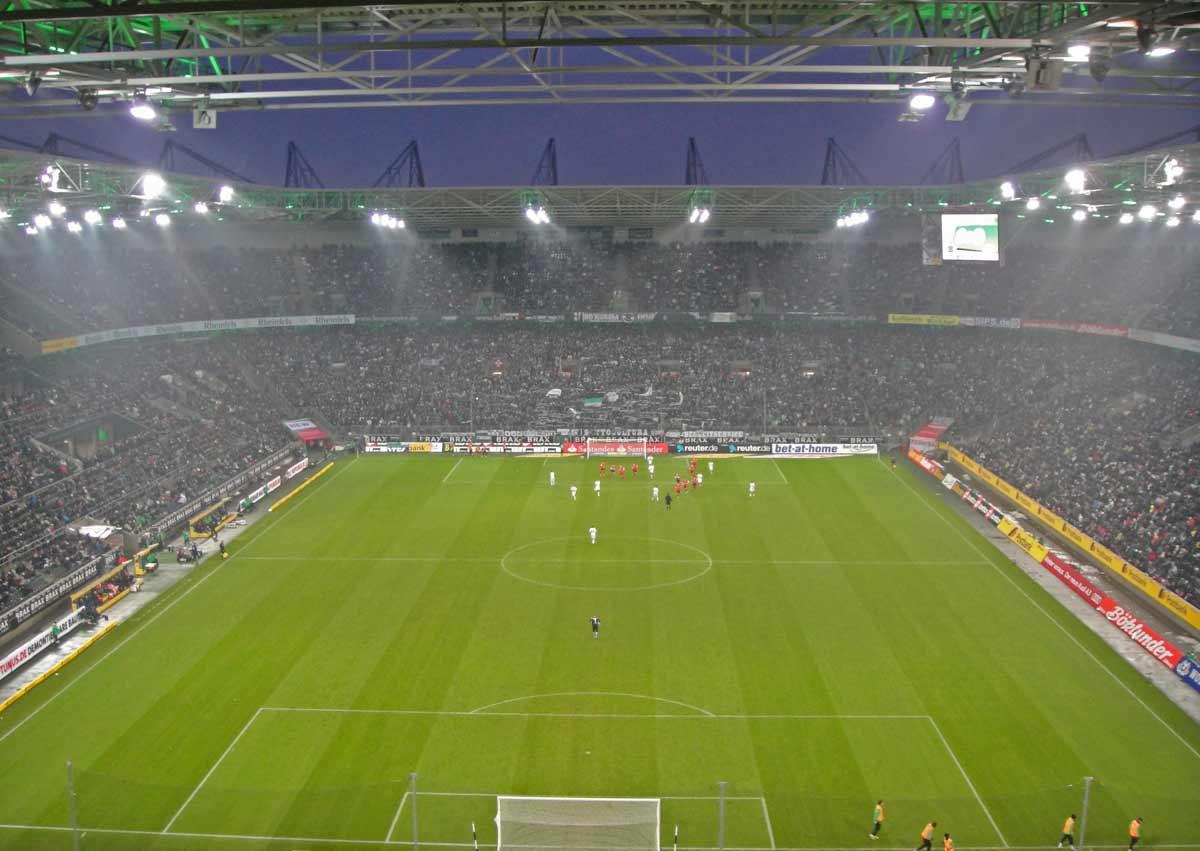 estádio do borussia monchengladbach visto detrás do gol
