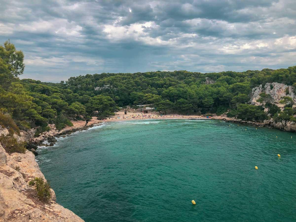 cala macarella, em Menorca, vista de longe