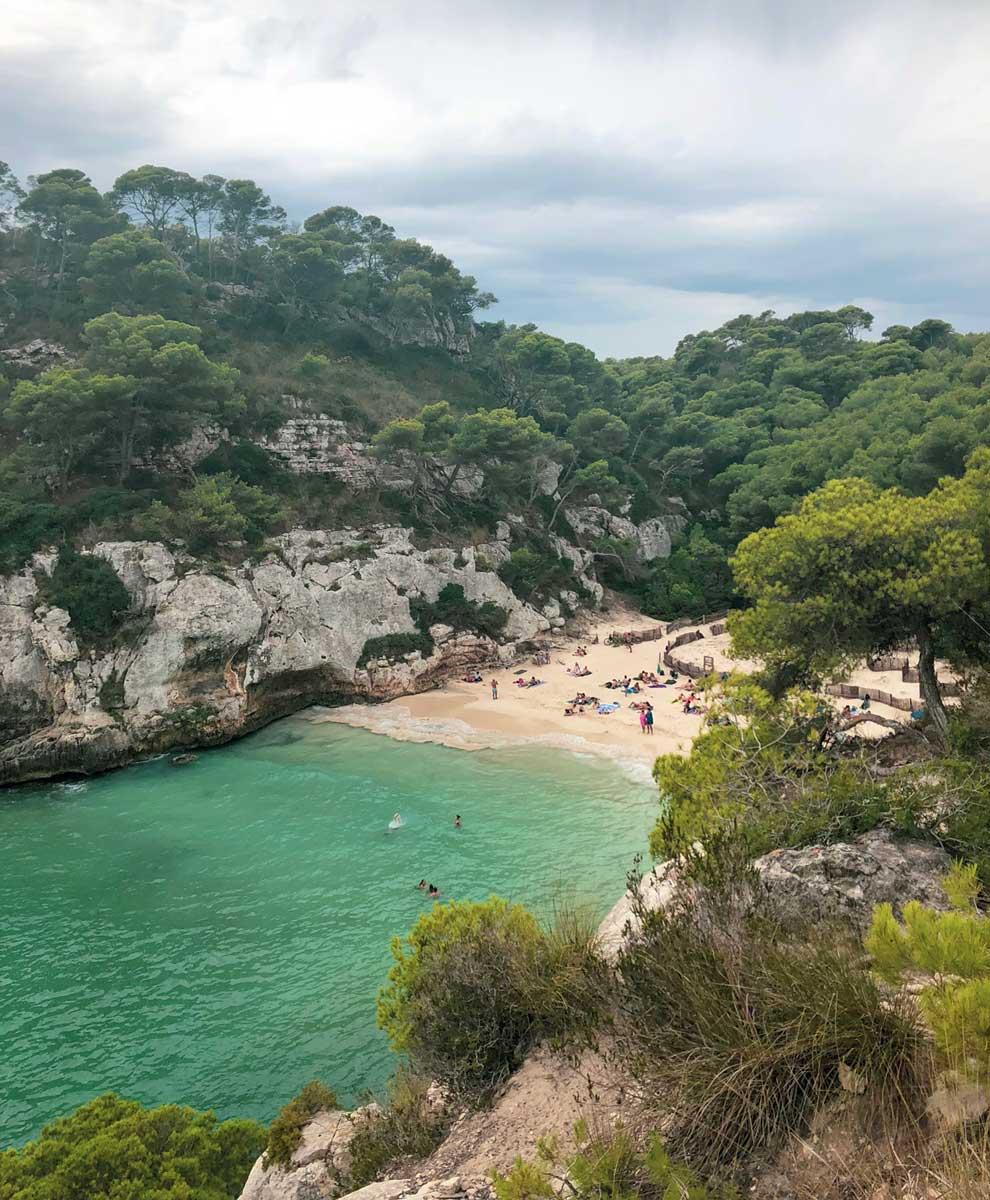 vista da praia de cala macarelleta a partir da trilha que leva à Cala Macarella