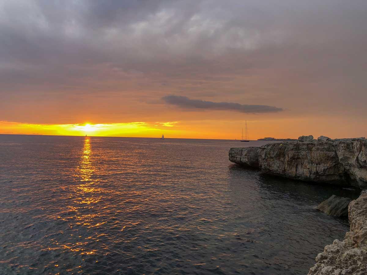 pôr do sol na praia es clot de sa cera, em Menorca