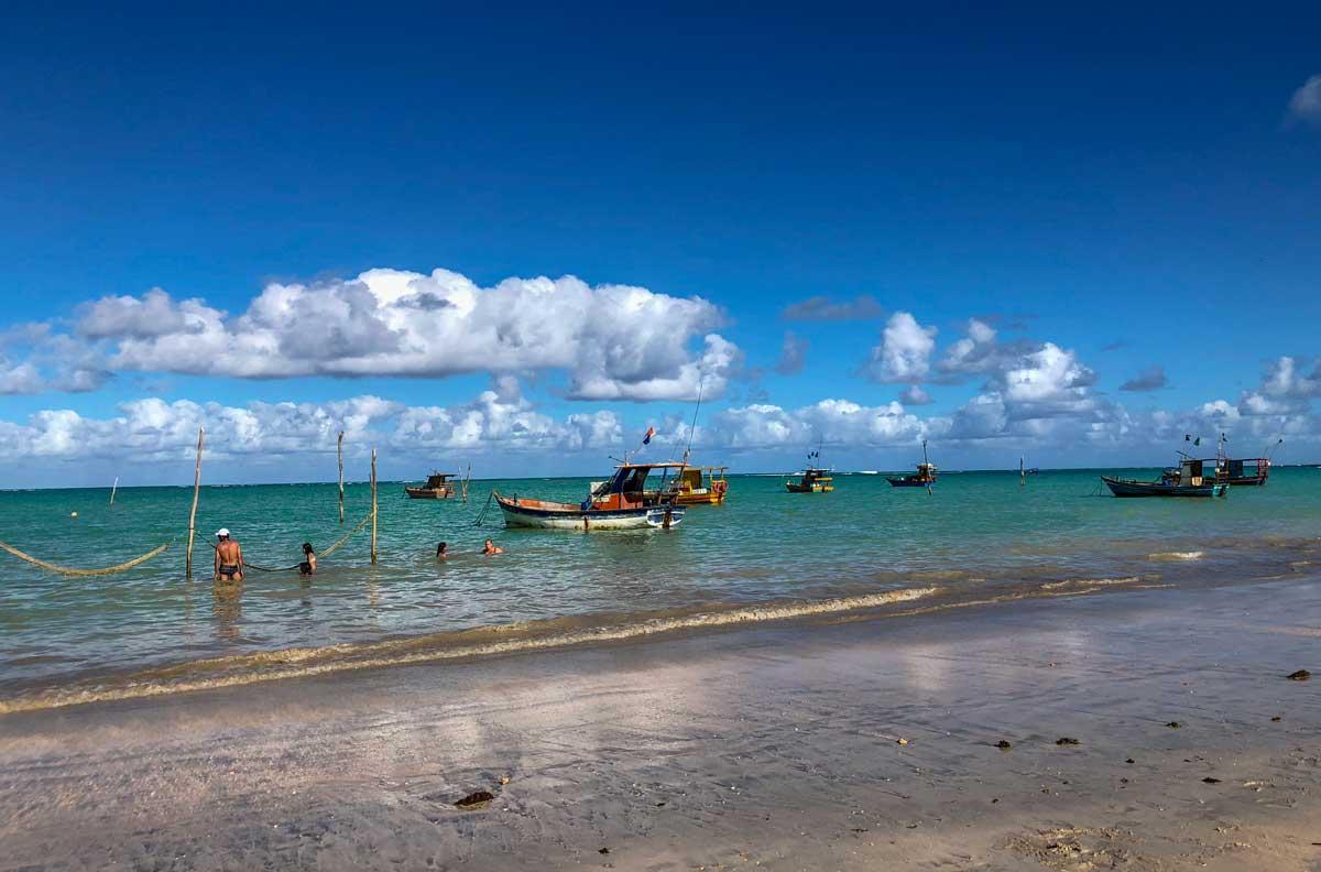 praia com as redes de descanso dentro do mar em São Miguel dos Milagres