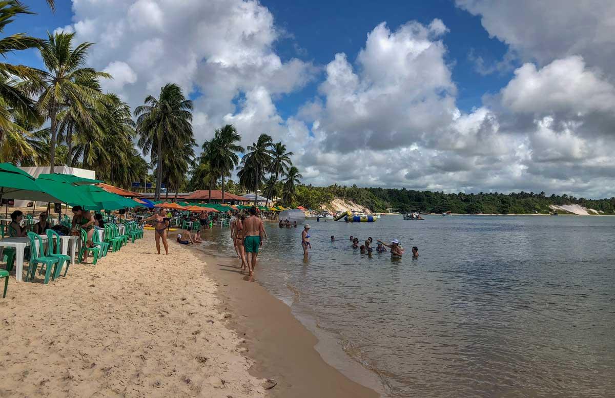 lado calmo da praia do gunga, em Alagoas