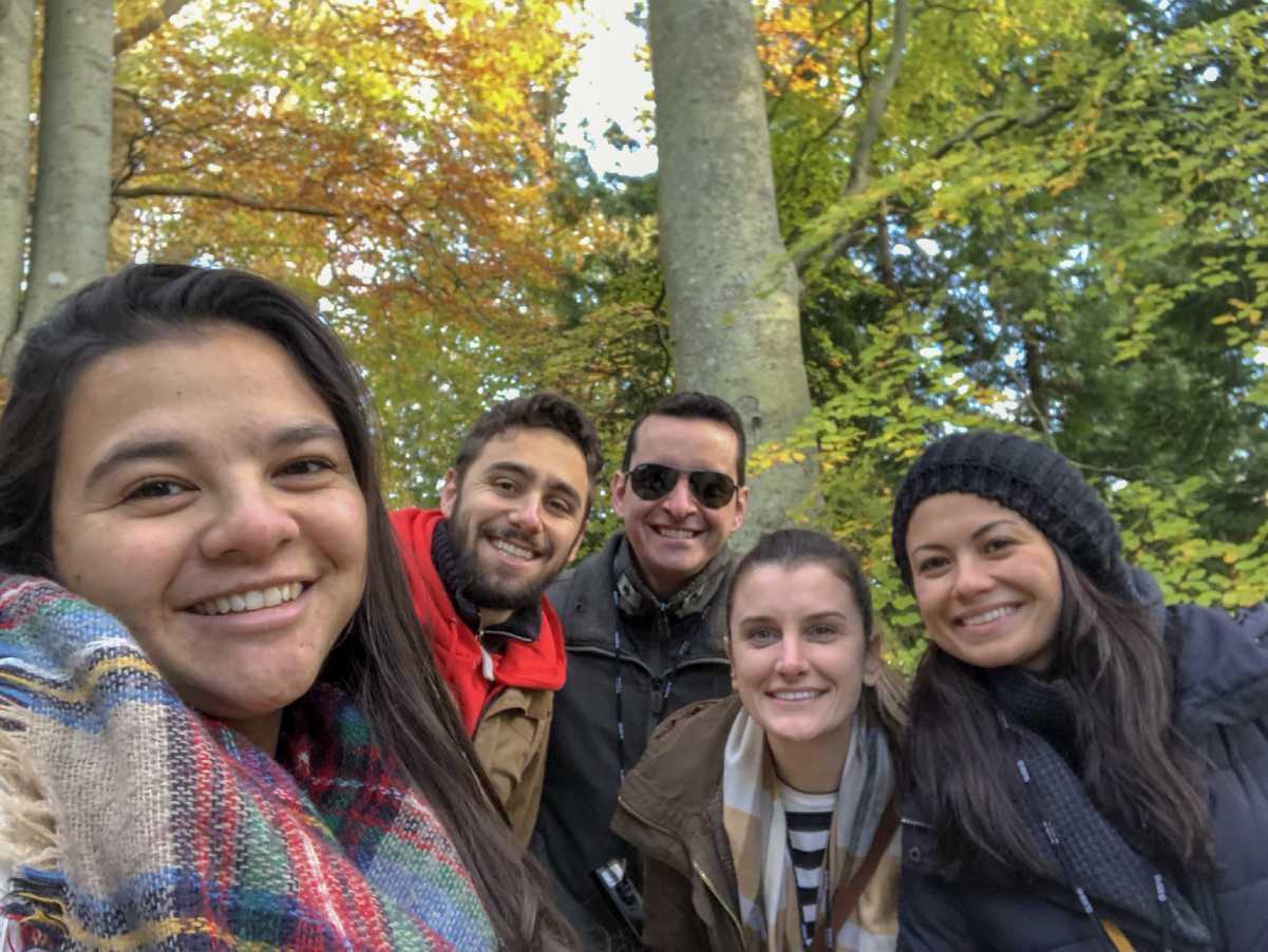 grupo de turistas visita o powerscourt na Irlanda
