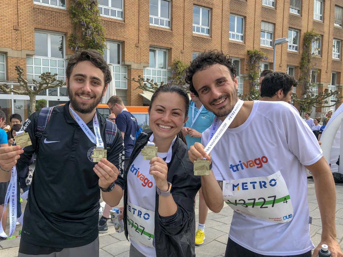 Corredores com medalha após corrida Metro Dusseldorf