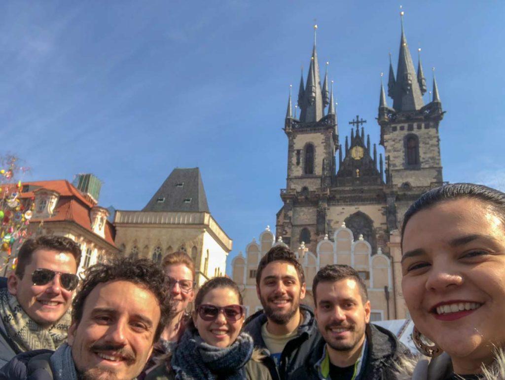 grupo de turistas no centro de Praga
