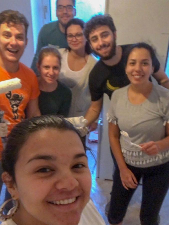 selfie de um grupo pintando a casa