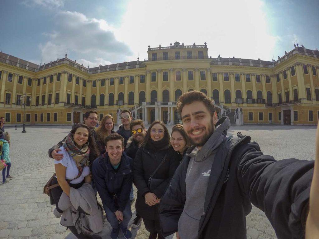grupo faz selfie em frente ao castelo de viena, na capital da Áustria