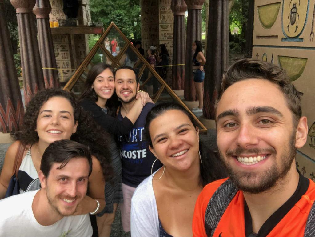 grupo visitando o museu egípcio em curitiba