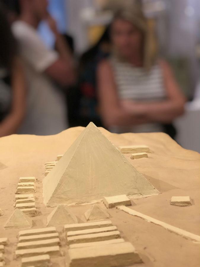 maquete das pirâmides do egito no museu egípcio em curitiba