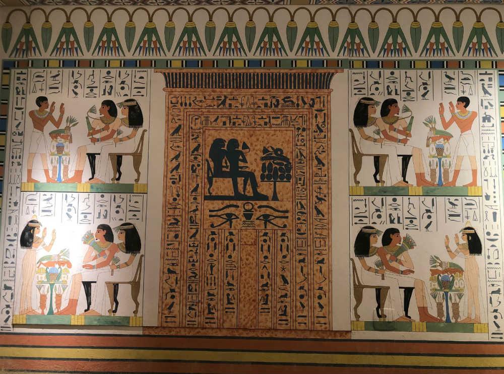 paredes pinstadas com desenhos do egito antigo