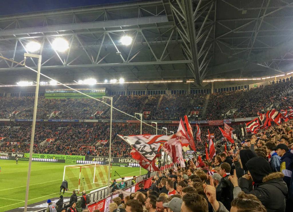 torcedores do Fortuna Düsseldorf comemoram vitória do time no estádio da cidade