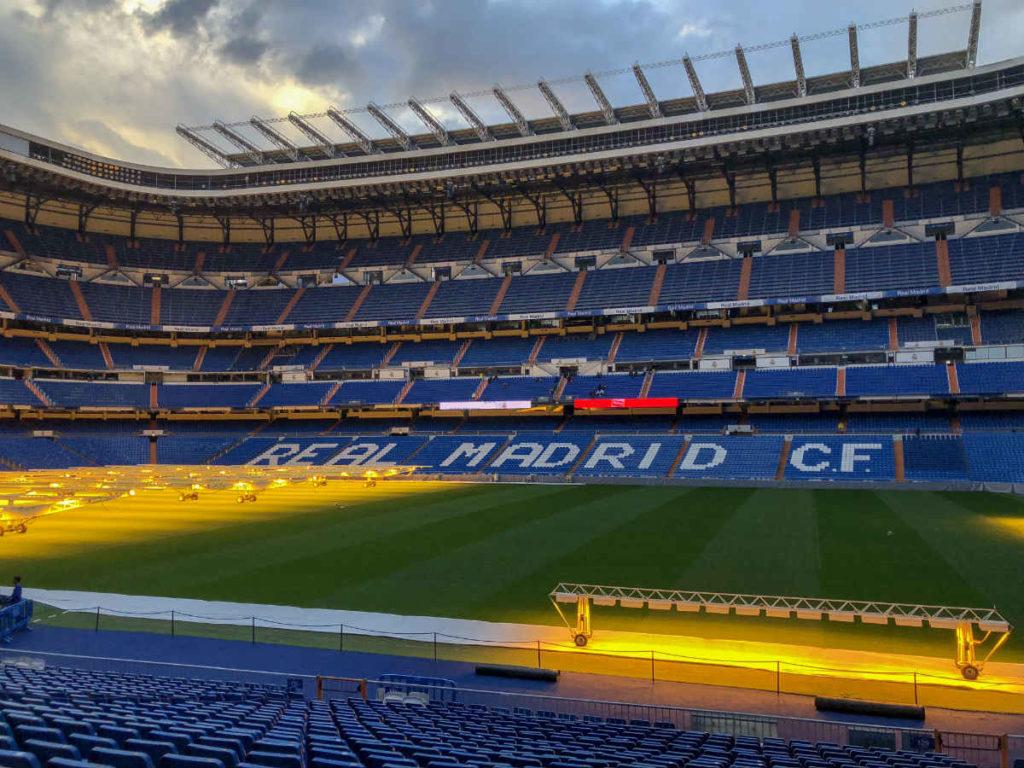 vista das arquibancadas do estádio do real madrid, santiago bernabeu
