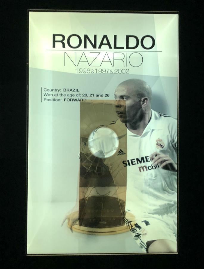 troféu de melhor jogador do mundo de Ronaldo na sala de troféus do real