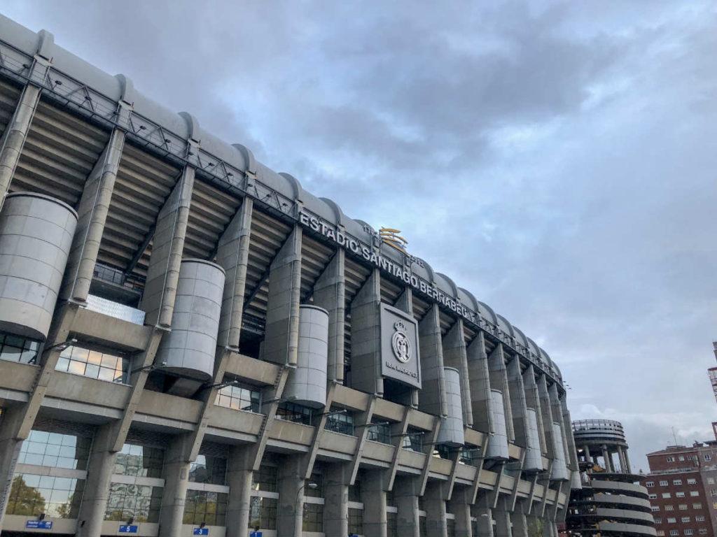 vista do lado de fora do estádio santiago bernabeu do real madrid