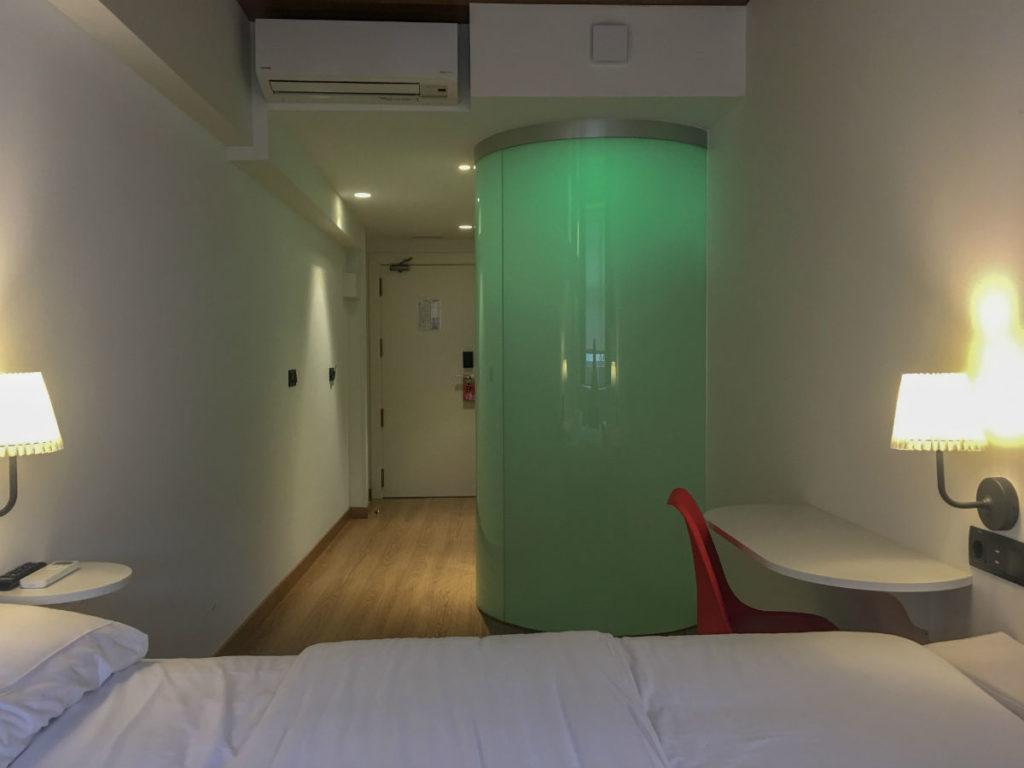 O banheiro do hostel far home bernabeu, com sua paleta de cores que o deixava verde