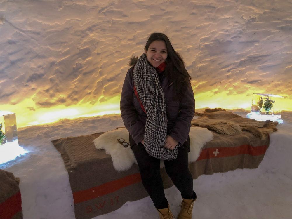 tati na entrada do restaurante iglu na suica