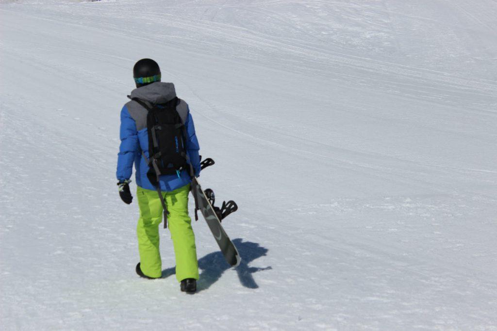 snowboarder caminha nos alpes suicos