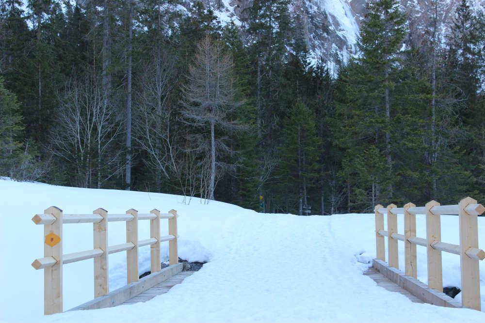 trilha para chegar perto da cachoeira do engstligenalp, na suica