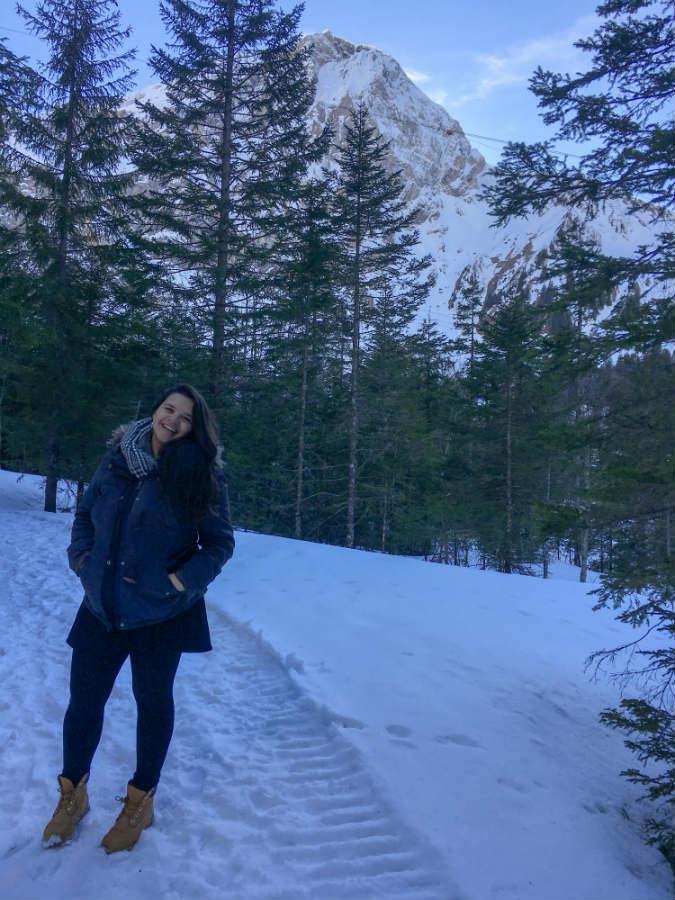 Tatiana Olegario no meio do caminho para a cachoeira do engstligenalp