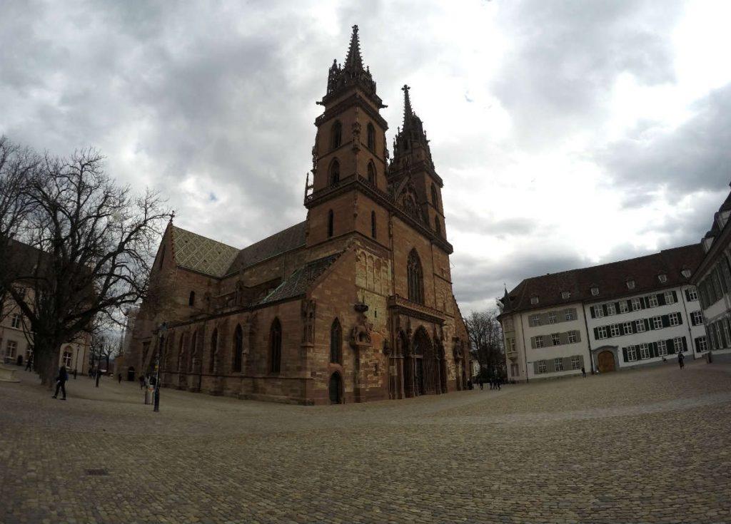 baselmunster, a catedral da basileia vista a partir da praca em frente