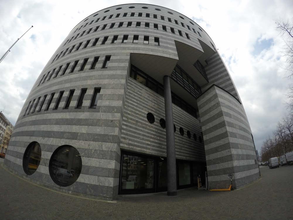 prédio do banco BIZ, um dos exemplos de arte que vemos no meio da rua
