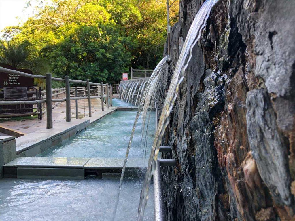 duchas de água quente ao lado de uma das piscinas no Rio Quente