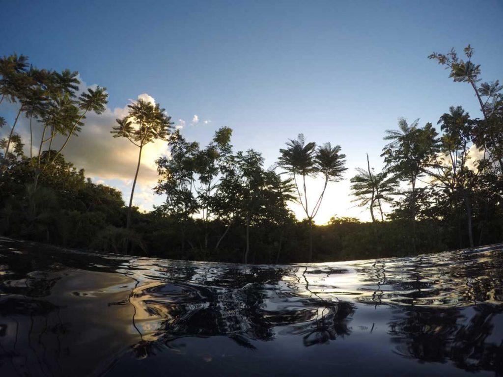 vista da piscina infinita do resort cristal em rio quente