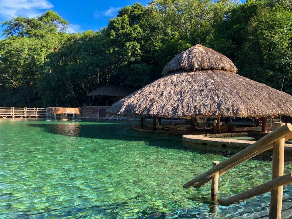 vista para uma das piscinas naturais no complexo de águas termais do Rio Quente