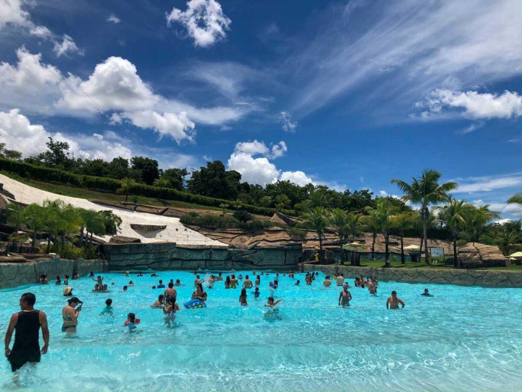 piscina de ondas na praia do cerrado, dentro do Hote Park, no Rio Quente