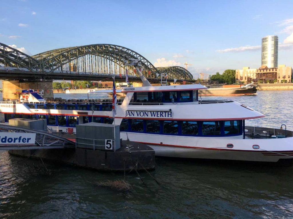 Köln Triangle visto do outro lado do rio. Em primeiro plano um barco de passeio no reno