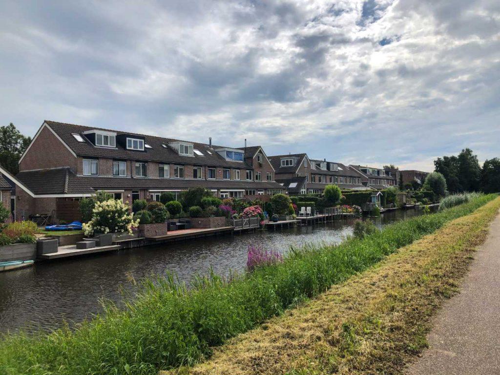 casas à beira do canal em Oudekerk