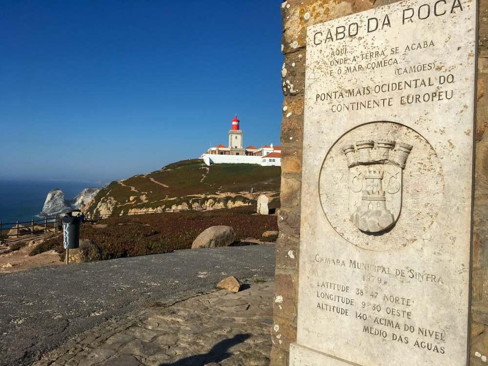 vista para o farol do cabo da roca, em Portugal