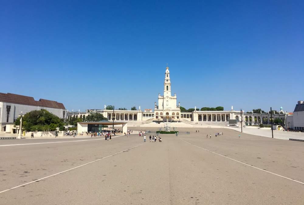 vista para o santuário de fátima vazio em portugal
