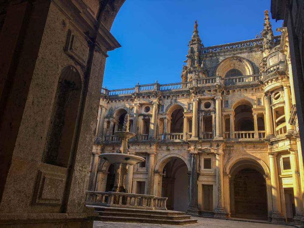 vista para o pátio do convento de cristo, em tomar, portugal