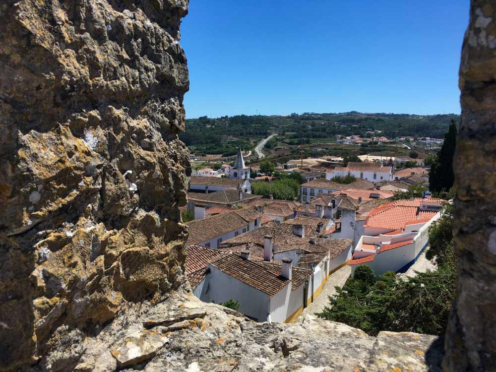 Vista de cima do muro da cidade murada de óbidos, no centro de portugal