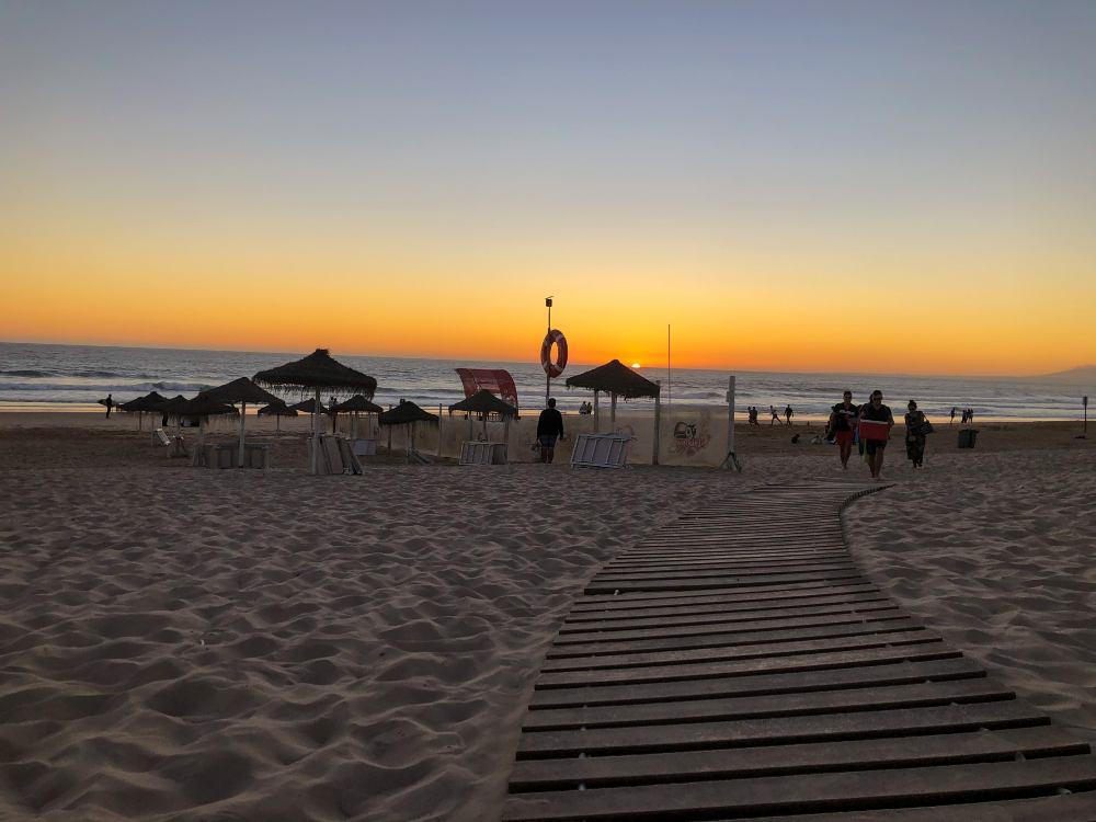 pôr do sol na praia da sereia, em portugal