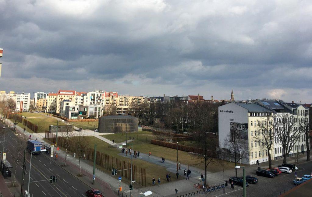 vista de cima da bernauerstrasse em berlim
