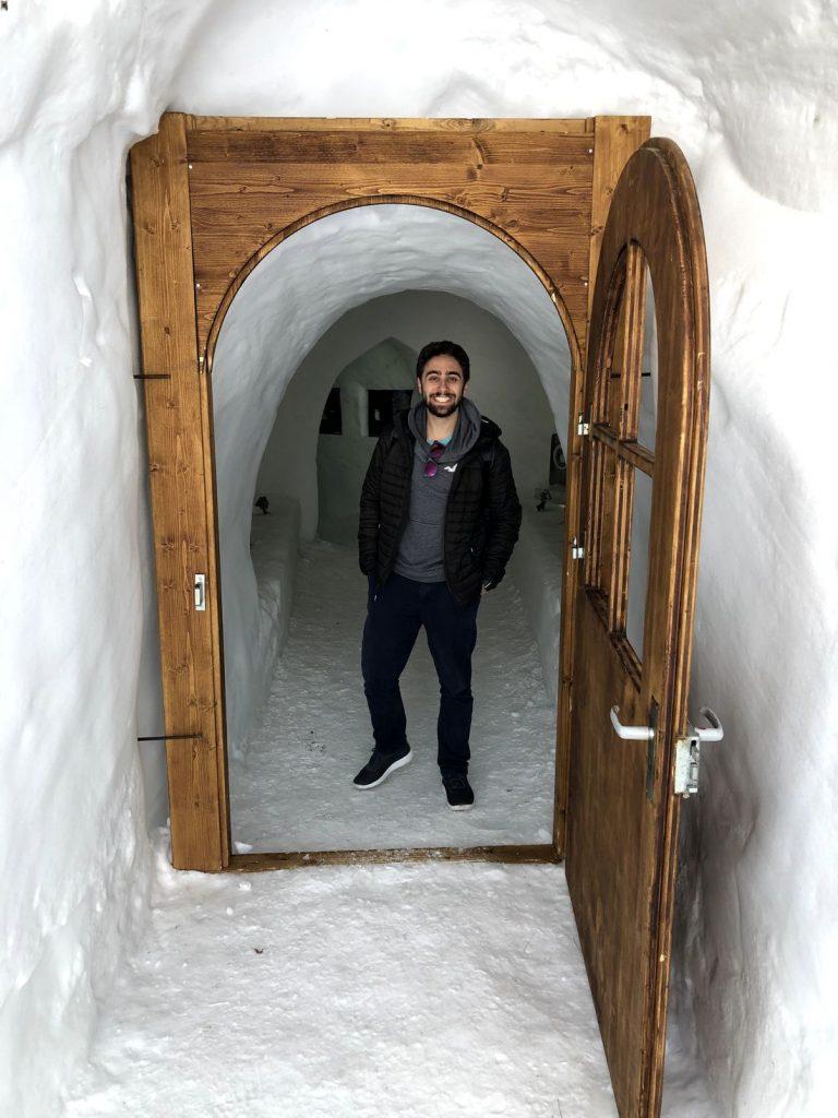 Daniel Courtouke na entrada do Iglu-Restaurant, em Adelboden, na Suíca.
