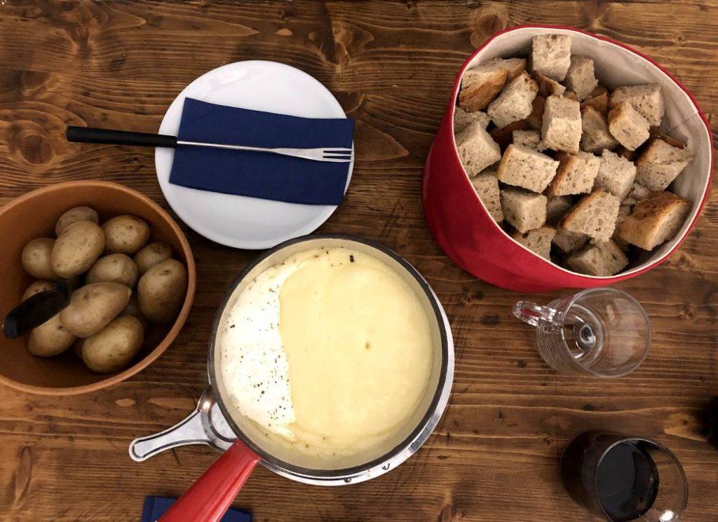 mesa de fondue acompanhado de batata e pão