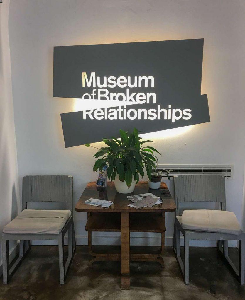 hall de entrada do museum of broken relationships em zagreb, na croácia