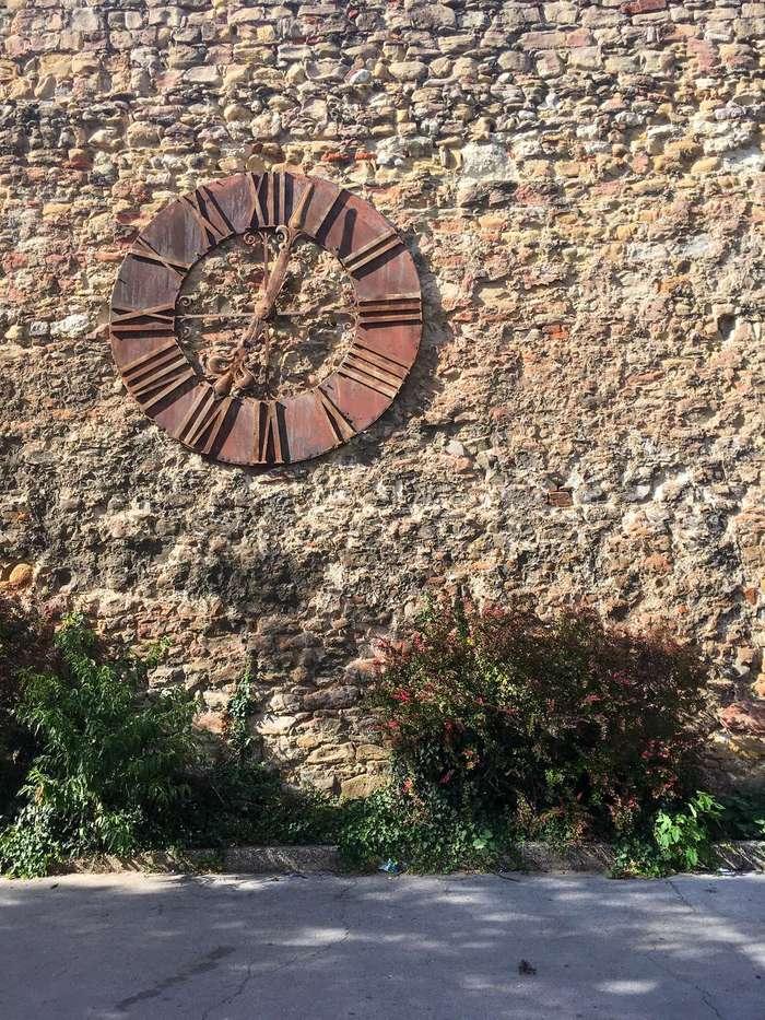 muro com o relógio parado que antes ficava no alto da catedral de zagreb e ficou paralisado após um terremoto
